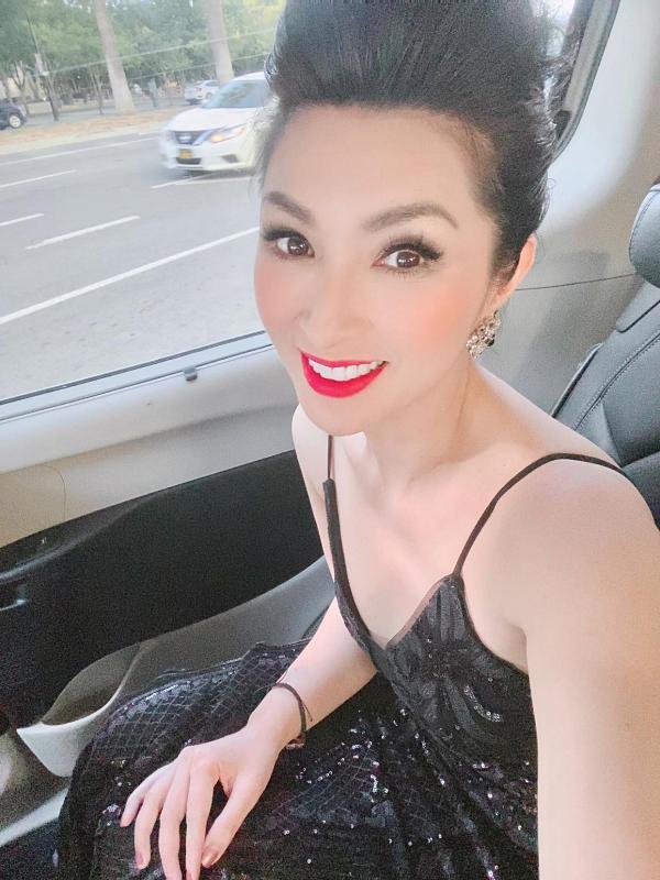 Ca sĩ Nguyễn Hồng Nhung gợi cảm chạy show ở Mỹ.