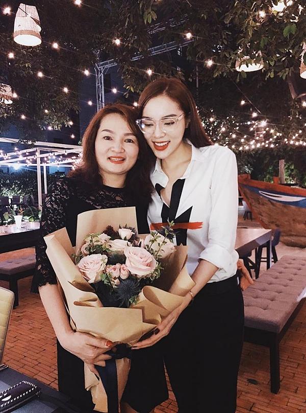 Bà Lại Thị Thêm hạnh phúc đón tuổi mới bên con gái - Hoa hậu Việt Nam 2014 Nguyễn Cao Kỳ Duyên.
