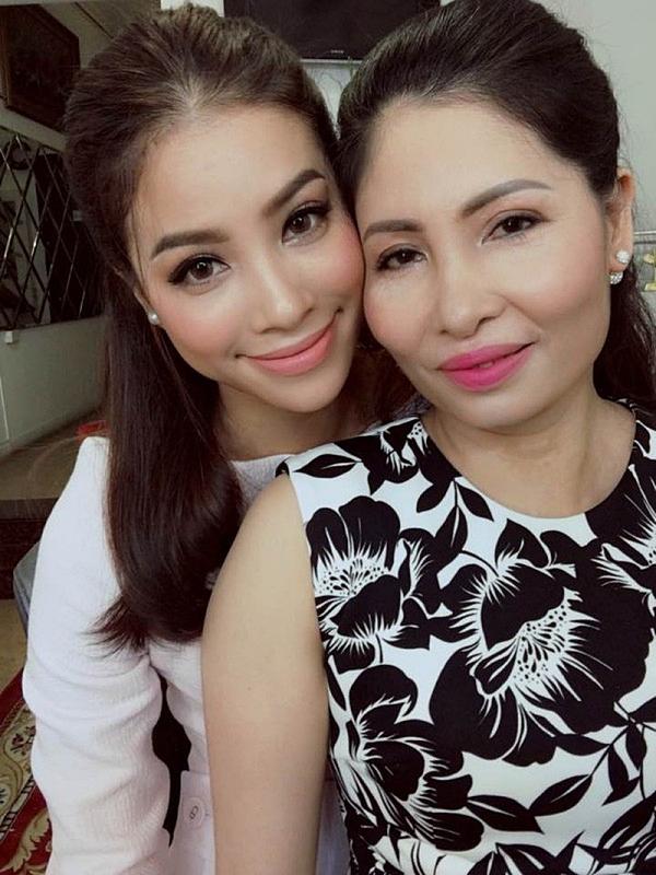 Bà Trần Huyền đã sang Mỹ định cư cùng con gái - Hoa hậu Hoàn vũ Việt Nam 2015 Phạm Hương. Nhờ vậy, bà có thể phụ chăm sóc hai cháu ngoại: Max (3 tuổi), Appollo (hơn hai tháng tuổi).