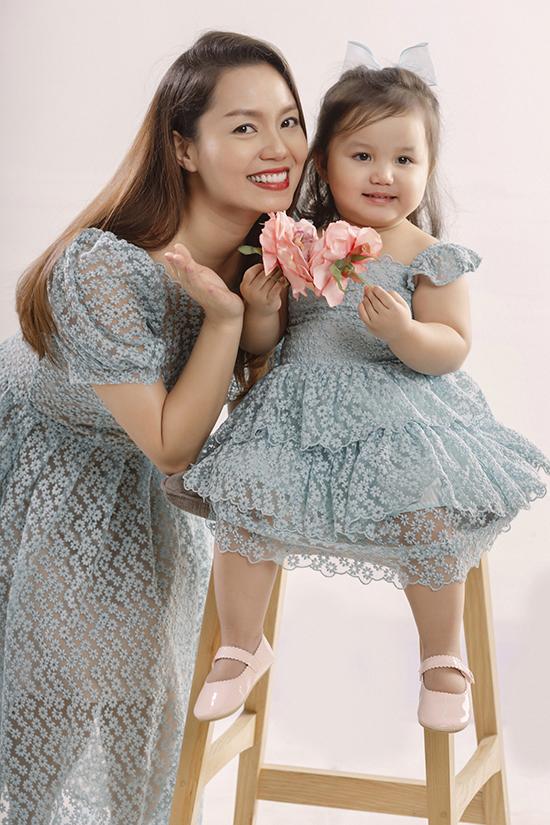 Ca sĩ Ngọc Anh bên con gái thứ hai, bé MiA.