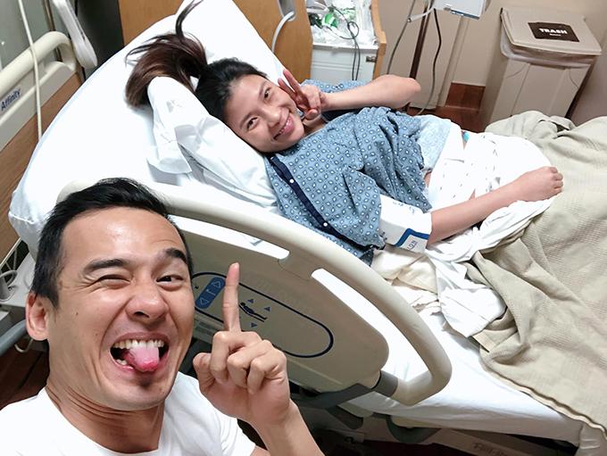 Sau 12 tiếng, khi không thể chịu đựng thêm, Thuý Diễm mới đồng ý để bác sĩ tiêm gây tê màng cứng cho mình. Được giảm đau, Thuý Diễm lấy lại vẻ tươi tắn và vui vẻ chụp ảnh tự sướng cùng chồng.