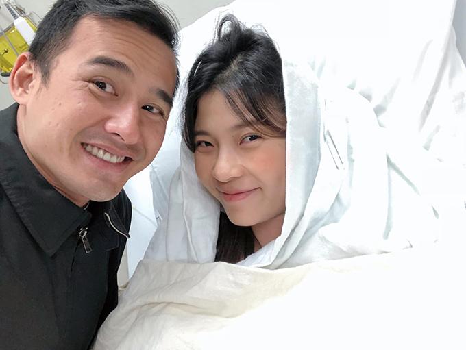 Sau khi Thuý Diễm vượt cạn thành công, Lương Thế Thành liên tục chụp ảnh, gọi điện thông báo tin vui cho người thân và bạn bè.