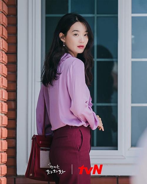 Ngoài sắc trắng chủ đạo, gam hồng nhẹ nhàng cũng được chọn lựa để giúp tạo hình nữ nha sĩ của Shin Min Ah thêm trẻ trung trong phim truyền hình ăn khách.