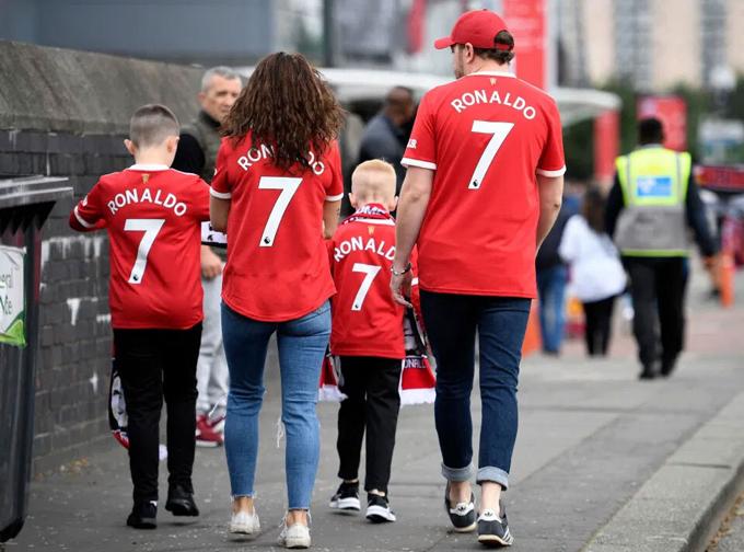 Người hâm mộ mặc áo đấu Ronaldo 7 đến xem trận đấu giữ MU và Newcastle ở vòng 4 Premier League hôm 11/9 tại sân Old Trafford, Ảnh. Ảnh: AFP.