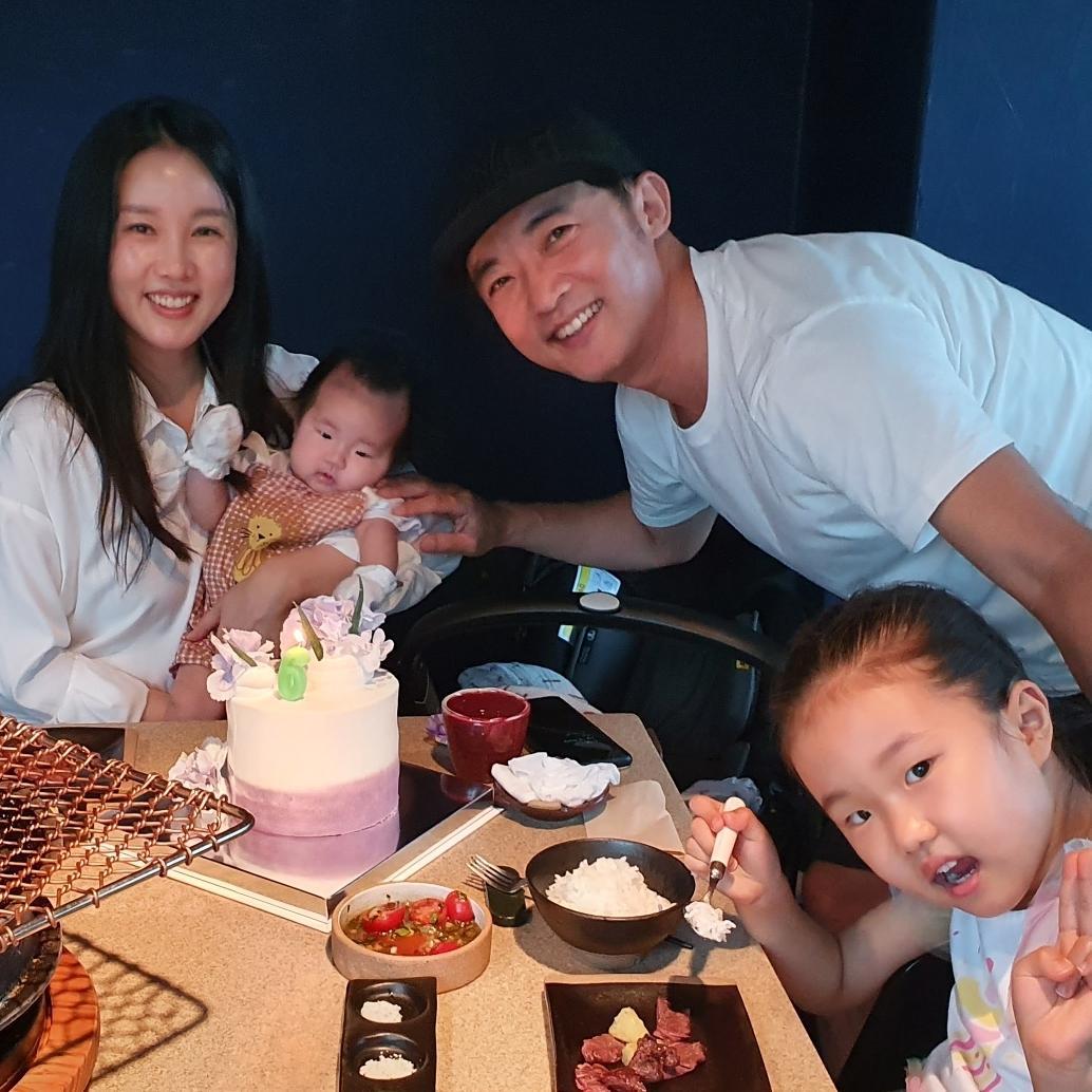 Ahn Jae Wook bên vợ con nhân kỷ niệm 6 năm ngày cưới.
