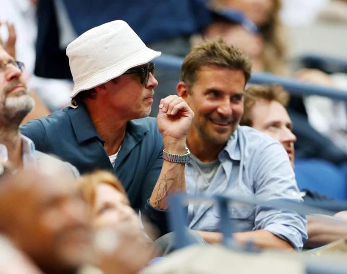 Cả hai mặc trang phục thoải mái, riêng Brad Pitt cẩn thận che nắng với chiếc mũ phớt trắng và đeo kính râm.