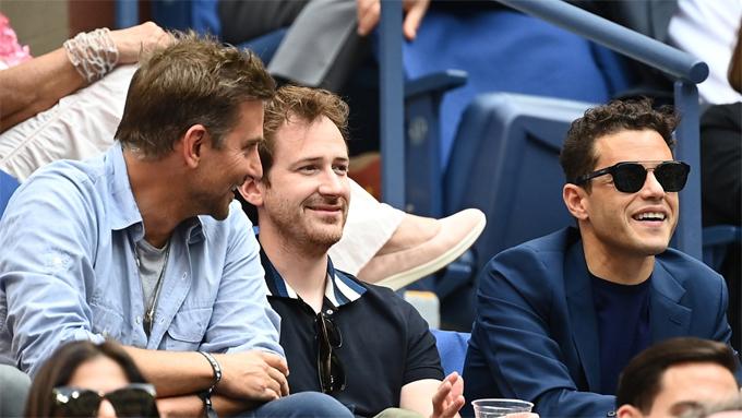 Nam diễn viên Rami Malek (phải) ngồi cùng hàng ghế với Bradley. Các tài tử Hollywood cùng nhau theo dõi hết trận đấu dài hơn 2 tiếng - nơi Daniil Medvedev cuối cùng đã đánh bại Novak Djokovic để giành vô địch giải Quần vợt Mỹ mở rộng.