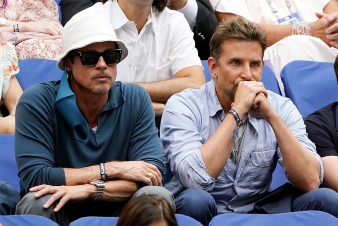 Đôi bạn thân ngồi cạnh nhau trên khán đài Trung tâm Quần vợt Quốc gia USTA Billie Jean King để theo dõi trận đấu giữa hai tay vợt Daniil Medvedev và Novak Djokovic.