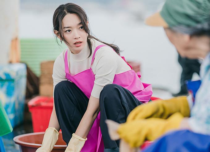 Ngay cả tạp dề để dùng khi cắt mực ống của Shin Min Ah cũng được stylist chọn sắc hồng để giúp nữ chính thu hút sự chú ý của khán giả.