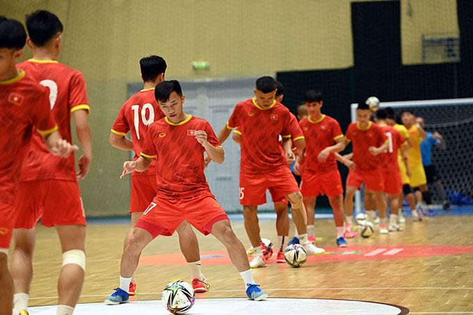 Tuyển futsal Việt Nam tập luyện tối 12/9. Ảnh: VFF