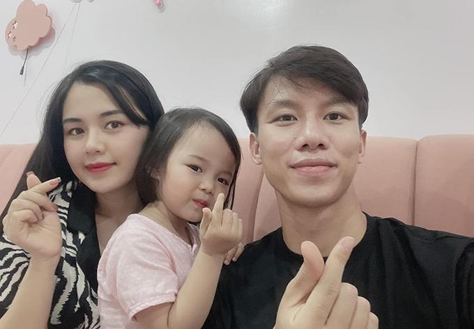 Quế Ngọc Hải cùng bà xã Dương Thuỳ Phương và con gái Sunny. Ảnh: QNH