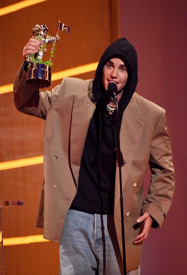 Justin Bieber trở lại MTV Video Music Award sau 6 năm vắng bóng. Anh là một trong những nghệ sĩ được đề cử nhiều nhất và xuất sắc giành hai cúp Nhà du hành mặt trăng. Khi lên nhận giải Nghệ sĩ của năm, Justin đã dành lời cảm ơn đặc biệt đến bà xã xinh đẹp.