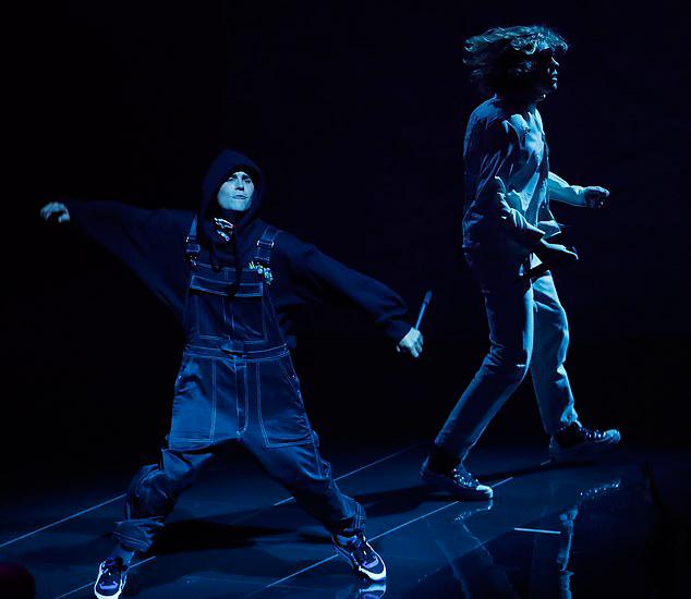 Trước đó, Justin Bieber biểu diễn mở màn lễ trao giải với ca khúc Stay cùng Kid Laroi. Lần cuối cùng anh trình diễn ở VMAs là năm 2015 với ca khúc hit What Do You Mean?.