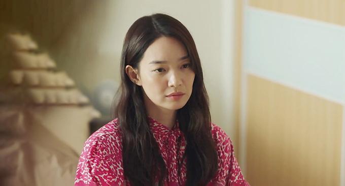 Ngoài các mẫu áo hiệu màu đơn sắc, một số mẫu áo blouse dáng cổ điển còn được phối hoạ tiết bắt mắt để giúp nữ chính nổi bật ở một số phân đoạn của bộ phim.