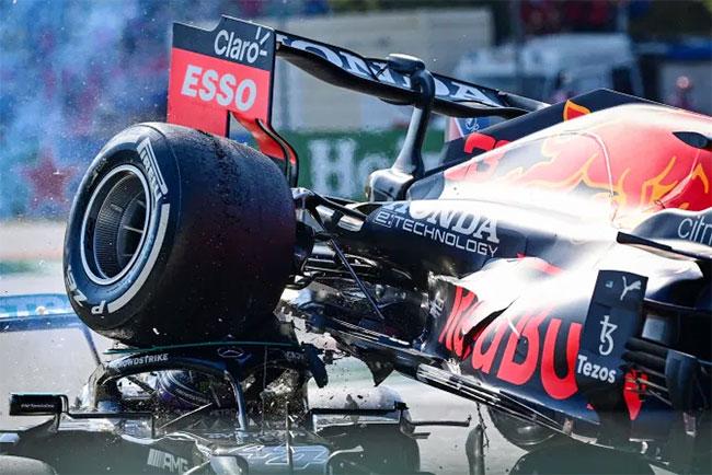 Đầu của Hamilton nằm dưới bánh xe của Verstappen. Ảnh: AFP>