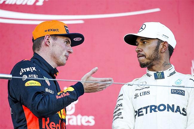 Hamilton (phải) và đối thủ kém 13 tuổi Verstappen đều bỏ cuộc sau va chạm nhưng vẫn dẫn đầu ở bảng xếp hạng cá nhân. Ảnh: Autosport