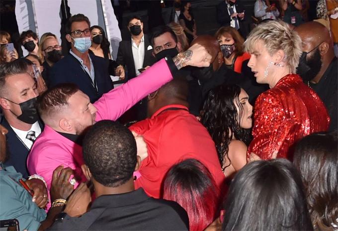 Conor McGregor la hét và vung cú đấm vào Machine Gun Kelly. Ảnh: Shutterstock