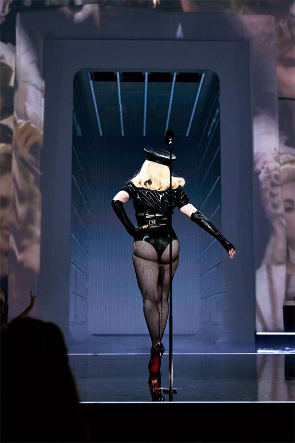 Madonna mặc bộ đồ hở mông táo bạo khi xuất hiện mở màn lễ trao giải VMAs. Ảnh: MTV VMAs 2021