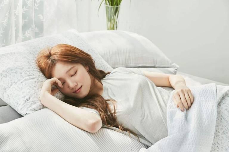Nhiệt độ phòng ngủ từ 15,5 đến 20 độ C cũng có thể giúp bạn trông trẻ hơn vì khuyến khích cơ thể sản xuất melatonin.