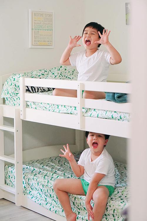 Góc yêu thích của cặp song sinh trong phòng ngủ.