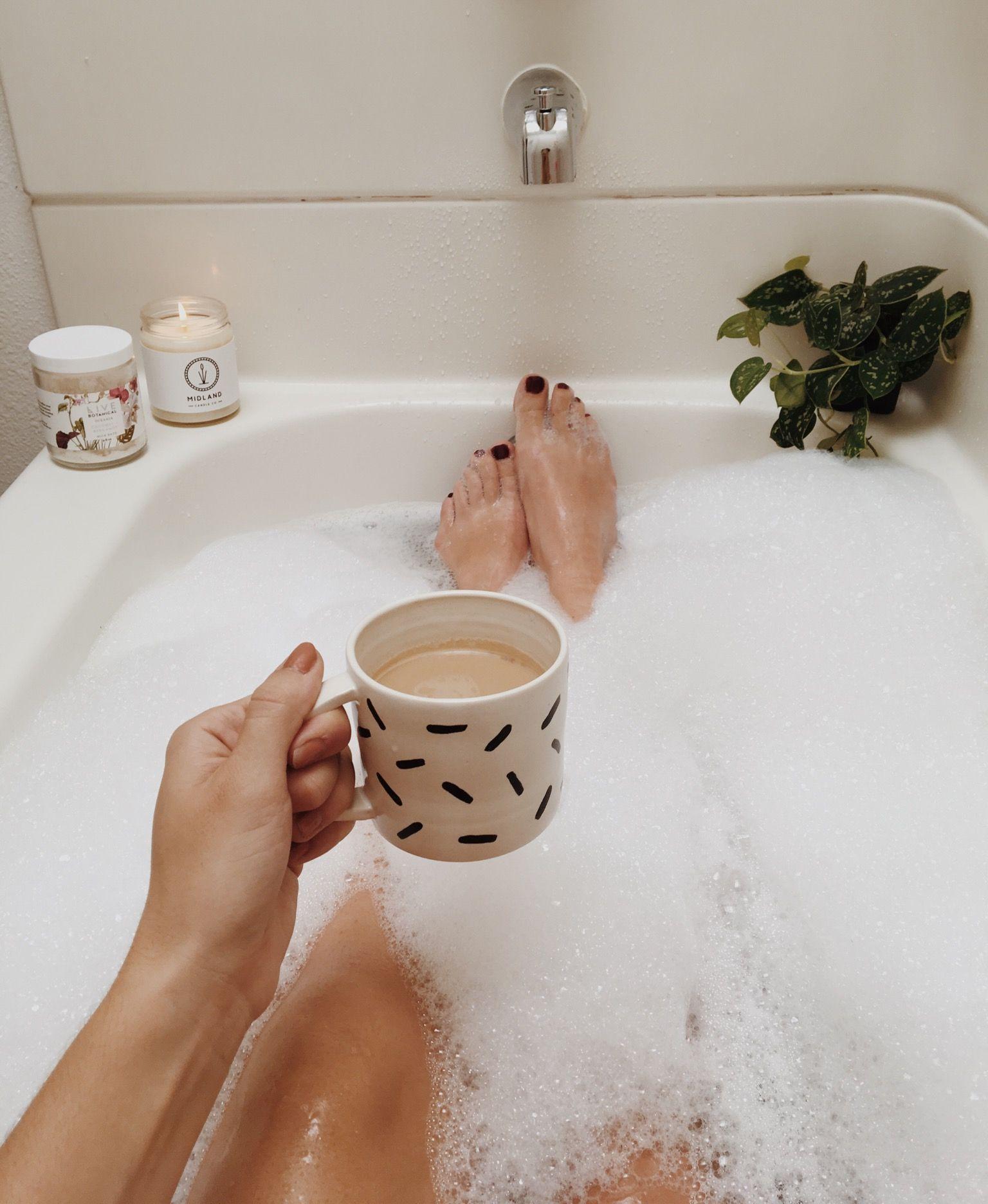 Thư giãn trong bồn nước ấm giúp giải tỏa căng thẳng.