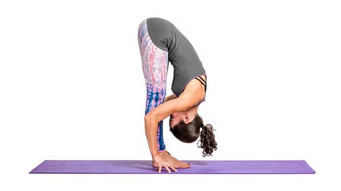 Tư thế yoga cúi gập người mang đến nhiều lợi ích cho sức khỏe.