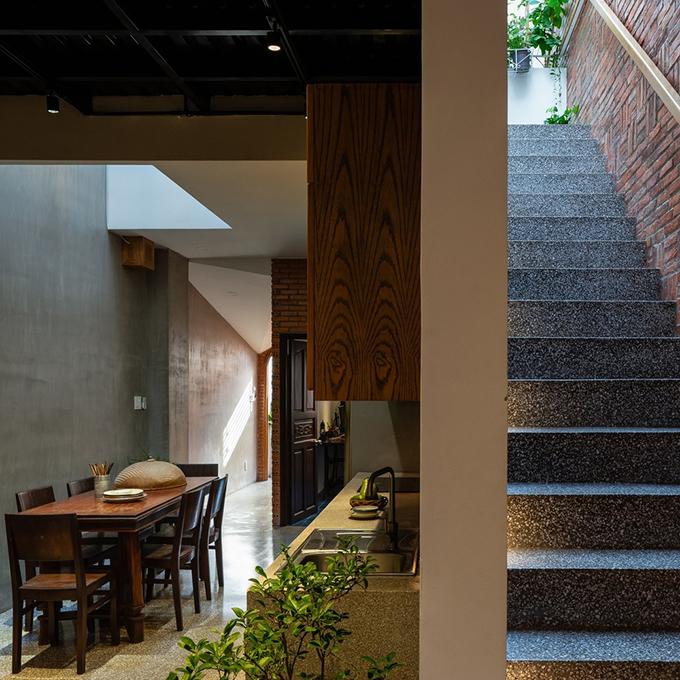 Cầu thang dẫn lên tầng trên.