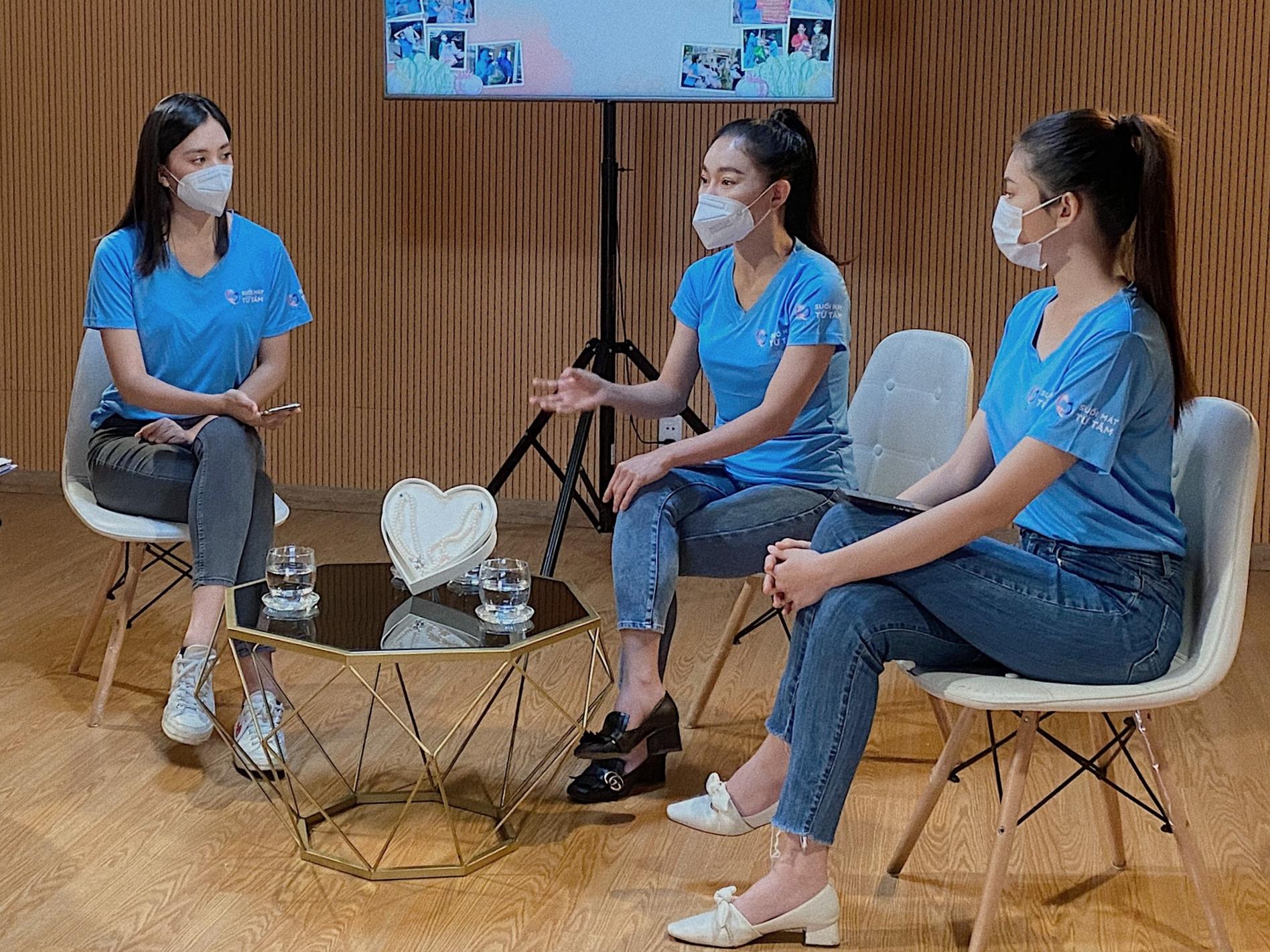 Từ trái qua, hoa hậu Tiểu Vy, chị Phạm Kim Dung, á hậu Ngọc Thảo tham dự buổi livestream.