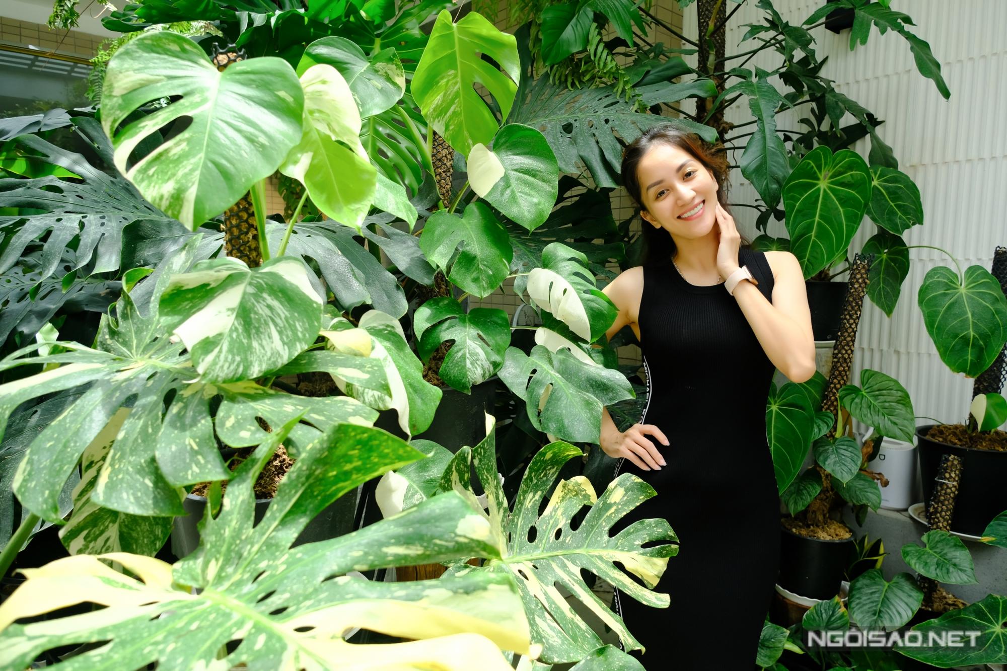 Nếu có thời gian rảnh, Khánh Thi cũng lên vườn phụ ông xã chăm