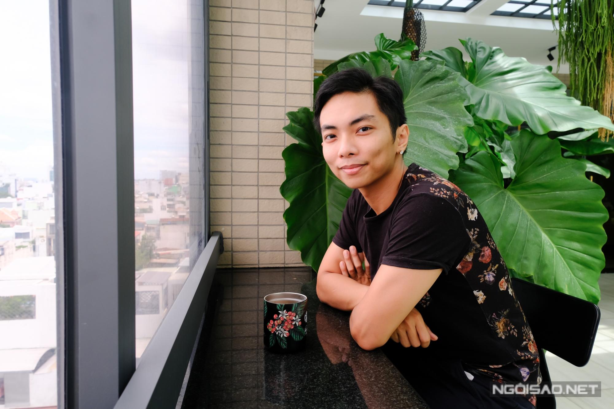 Cuối ngày, Phan Hiển yêu thích ngồi uống cafe và ngắm nhìn thành phố.