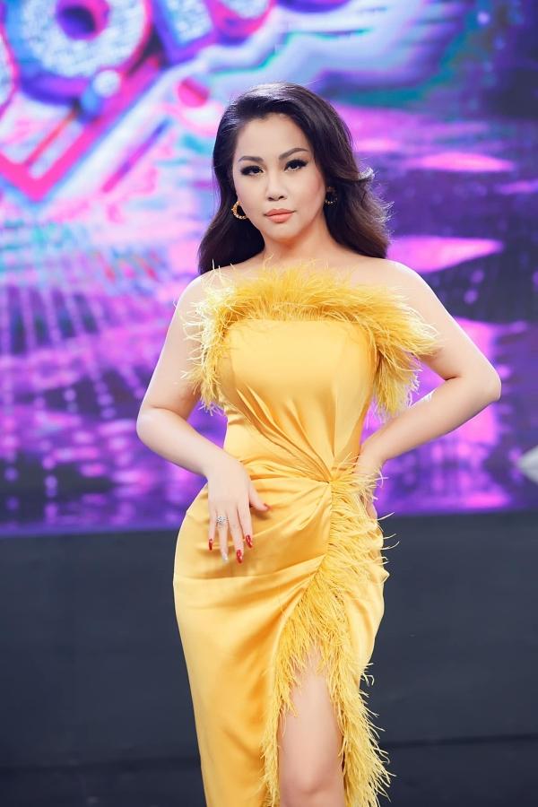Dù bước sang tuổi trung niên, Minh Tuyết nhận được nhiều khen ngợi về vóc dáng. Với lợi thế đó, nữ ca sĩ thường chọn các trang phục cắt xẻ, phù hợp với dòng nhạc trẻ cô theo đuổi.