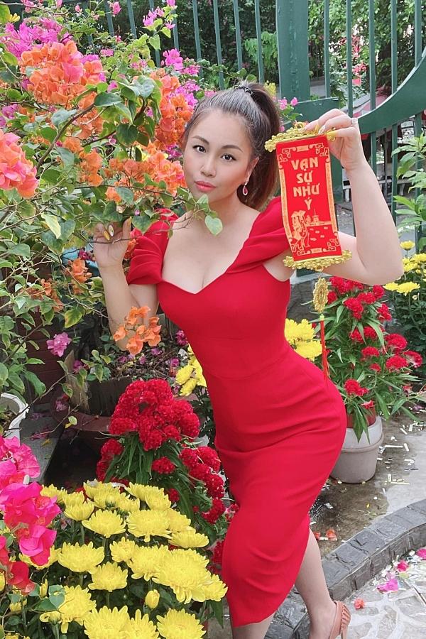 Minh Tuyết nói thêm, ông xã của cô luôn tin tưởng, thấu hiểu và không bao giờ ghen khi vợ theo phong cách gợi cảm.