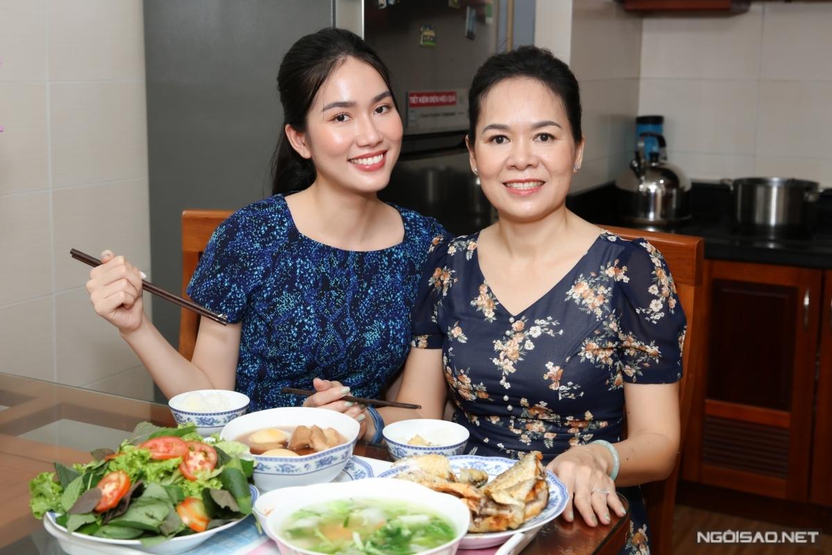 Á hậu Phương Anh bên cạnh mẹ.