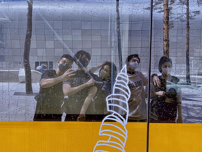 Hội 5 anh em siêu nhân gồm Jun Phạm, Ngô Kiến Huy, Lan Ngọc, Karik và Thúy Ngân nghịch ngợm khi đi Hàn Quốc quay chương trình Running man.
