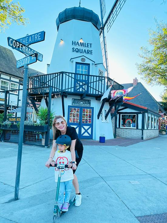 Thanh Thảo tung tăng bên con gái Talia khi dạo chơi ở Solvang (California - Mỹ) với nhiều khung cảnh gợi nhớ châu Âu.