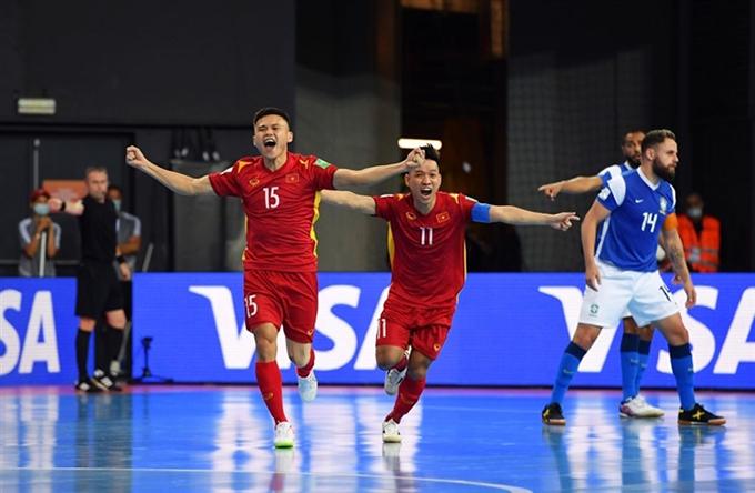 Đình Hùng (số 15) ghi bàn thắng duy nhất cho tuyển futsal Việt Nam trong trận thua 1-9 trước Brazil. Ảnh: FIFA