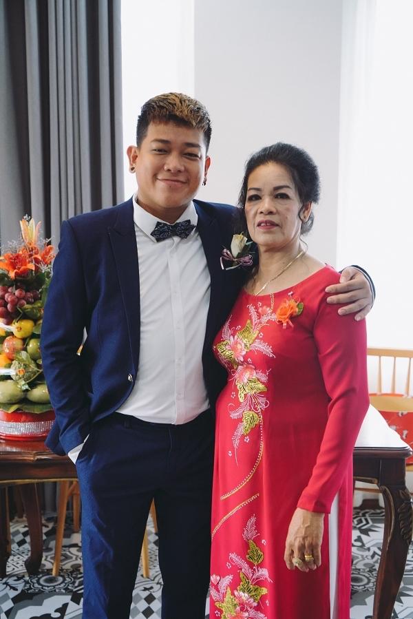 Tân Trề bên cạnh mẹ.