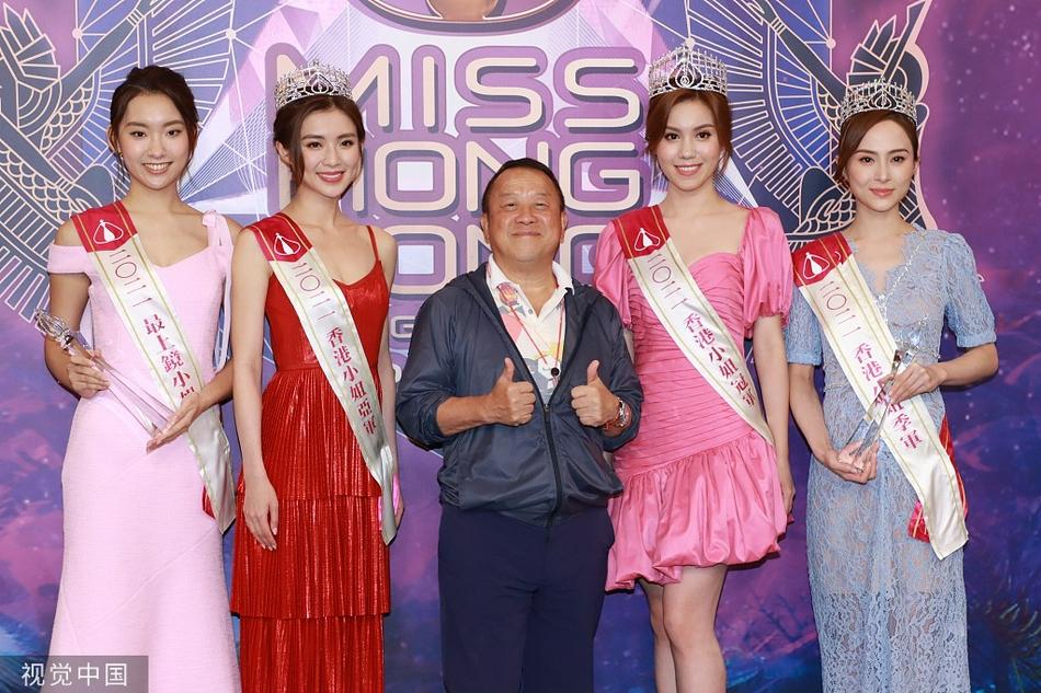 Tằng Chí Vỹ chụp ảnh với các mỹ nhân đạt giải trong cuộc thi Miss Hong Kong năm nay.