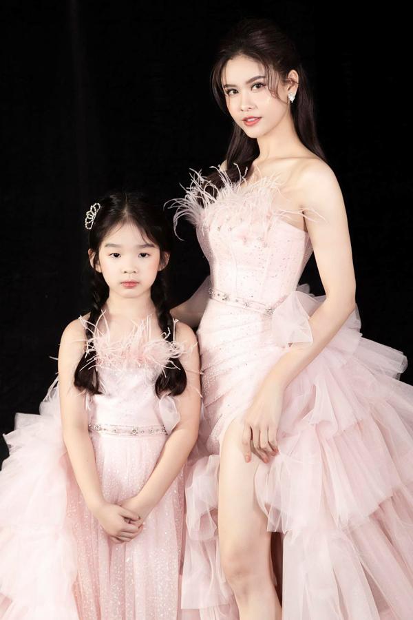 Trương Quỳnh Anh chụp ảnh cùng con gái Xuân Lan.