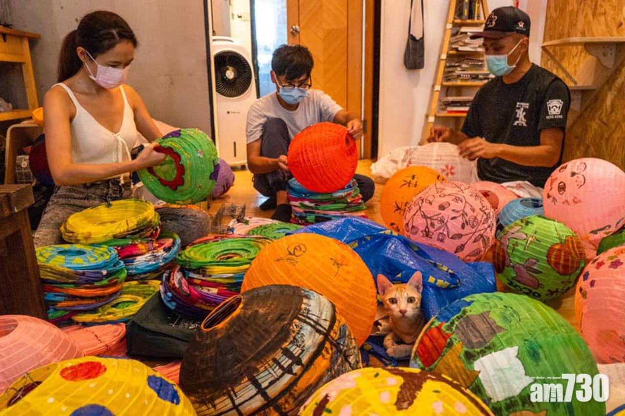 Những chiếc đèn lồng được làm hoàn toàn bằng tay bởi các nghệ dân và dân làng Tai O từ khâu tạo hình đến trang trí.