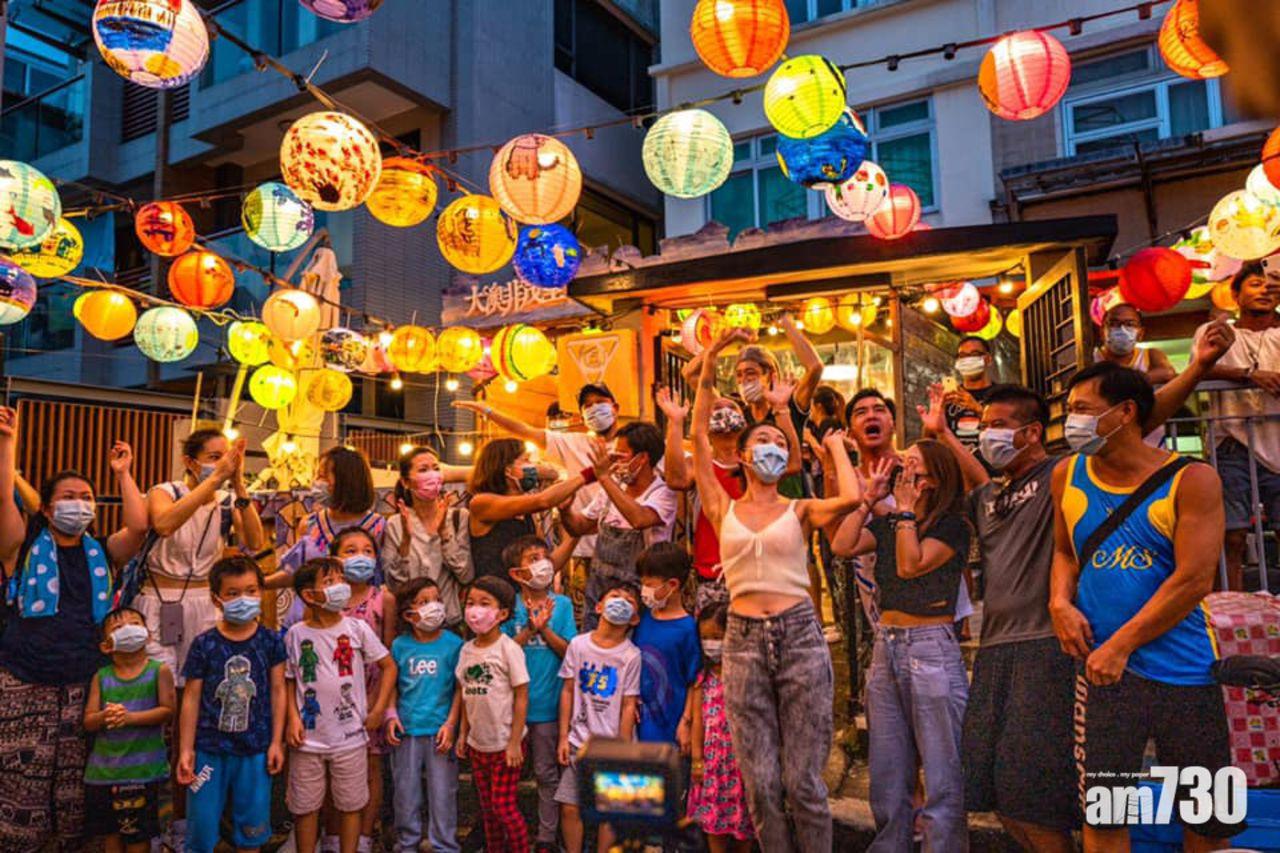 Đây là địa điểm đón Trung thu nổi tiếng ở xứ Cảng thơm. Trái với hình ảnh Hong Kong hiện đại, xa hoa và hào nhoáng, không khí đón Trung thu tại đây vẫn thật đặc biệt. Tai O vẫn lưu giữ nhiều giá trị truyền thống, nơi có những gian hàng thủ công, quán ăn vỉa hè bình dân, những căn nhà kiểu cũ lụp xụp bên mặt biển.