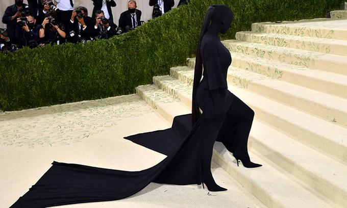 Sau nhiều lần sử dụng chiêu trò o ép vóc dáng với váy bó sát, Kim Kardashian gây bất ngờ với hình ảnh kín mít từ đầu tới chân.