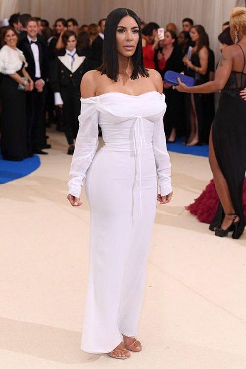 Kim ở Met Gala 2016 không gây ấn tượng gì nhiều, thậm chì còn bị tụt hạng so với năm trước bởi bộ đồ ánh kim tạo khối khiến body trở nên đồ sộ.