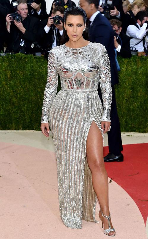 Bộ váy đậm chất futuristic giúp Kim ghi điểm tại Met Gala 2016.