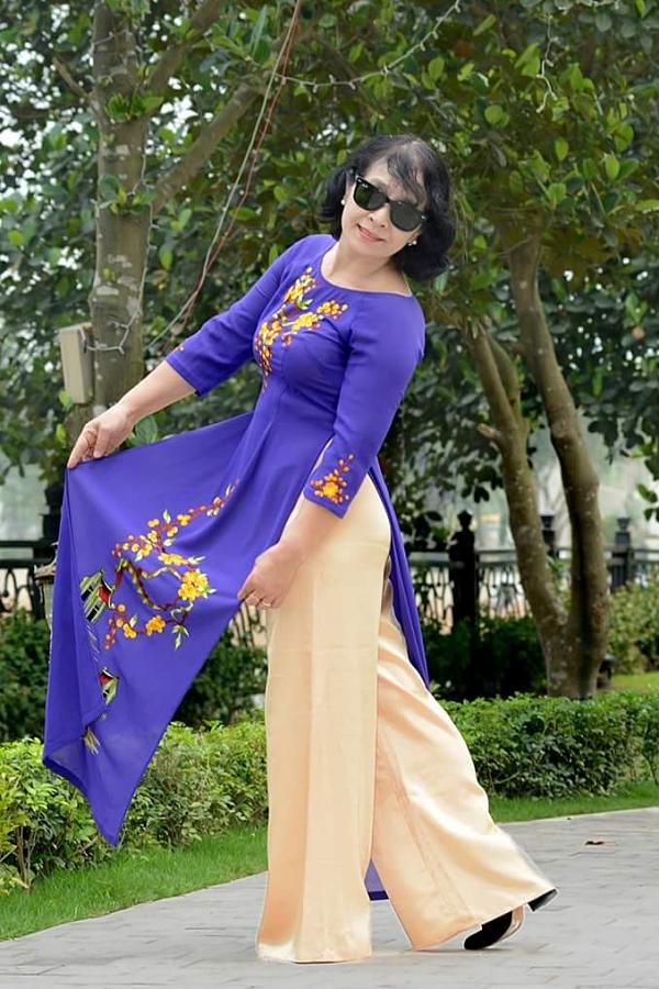 Là một nhà giáo nên bà Thúy Anh rất yêu áo dài, Những dịp đặc biệt, bà luôn chọn trang phục này cho phong cách của mình.