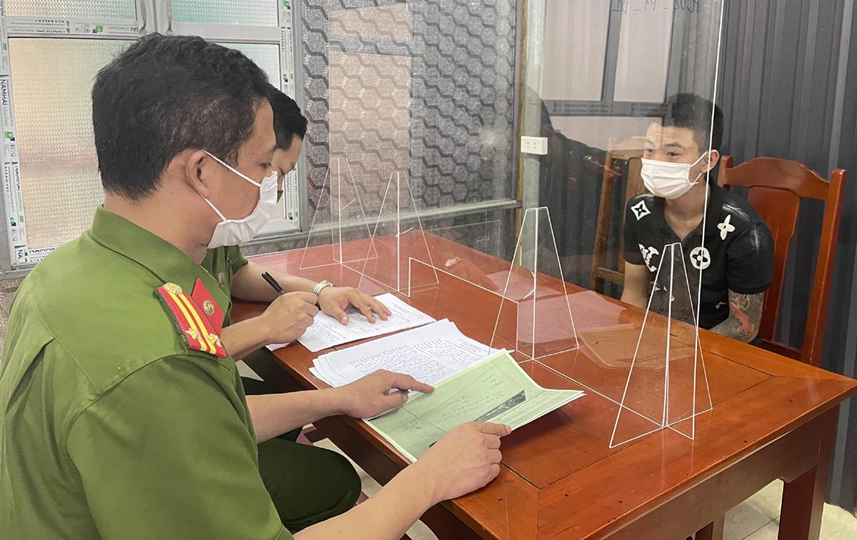 Cảnh sát thẩm vấn nghi phạm Nguyễn Tùng Dương.