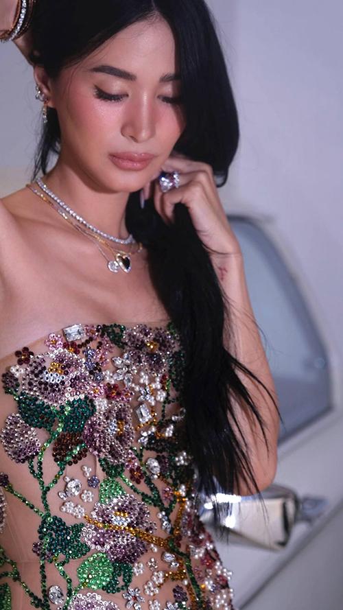 Nhà thiết kế Trần Hùng chia sẻ, mẫu đầm dạ hội này được đính kết bằng đá swarovski và ngọc trai . Chất liệu trong suốt bên trong là vài tulle silk mang tới sự sexy nhưng không kém phần sang trọng.