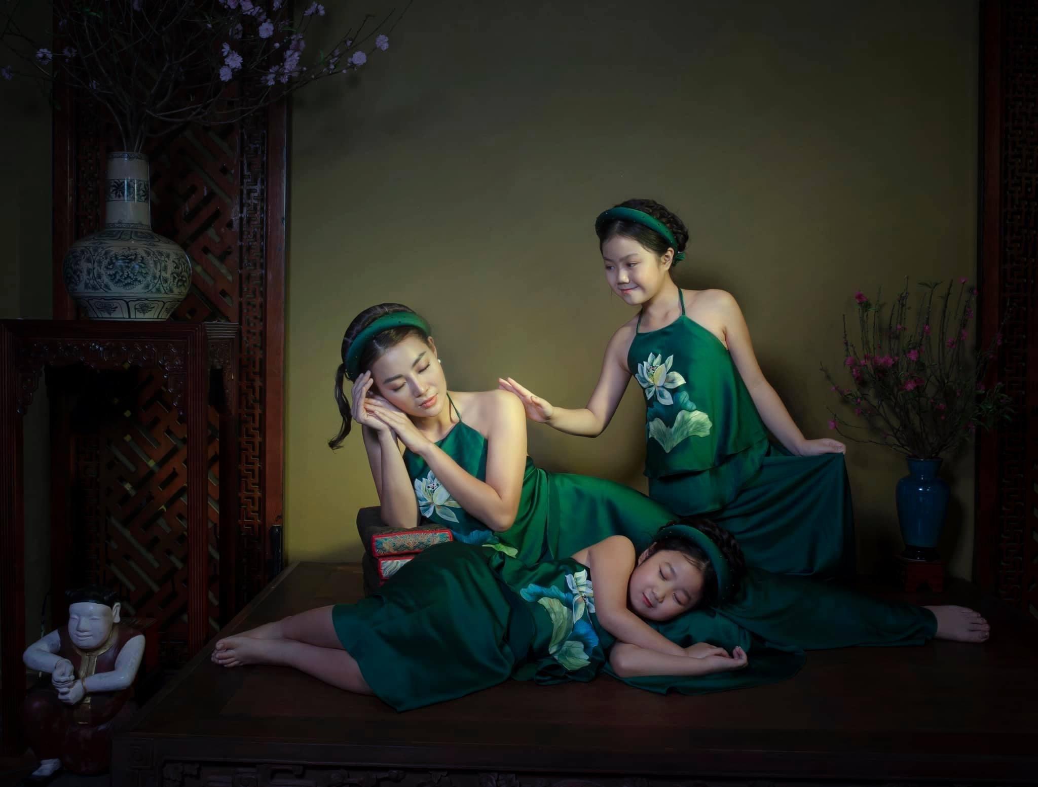 Diễn viên Thanh Hương và hai con.