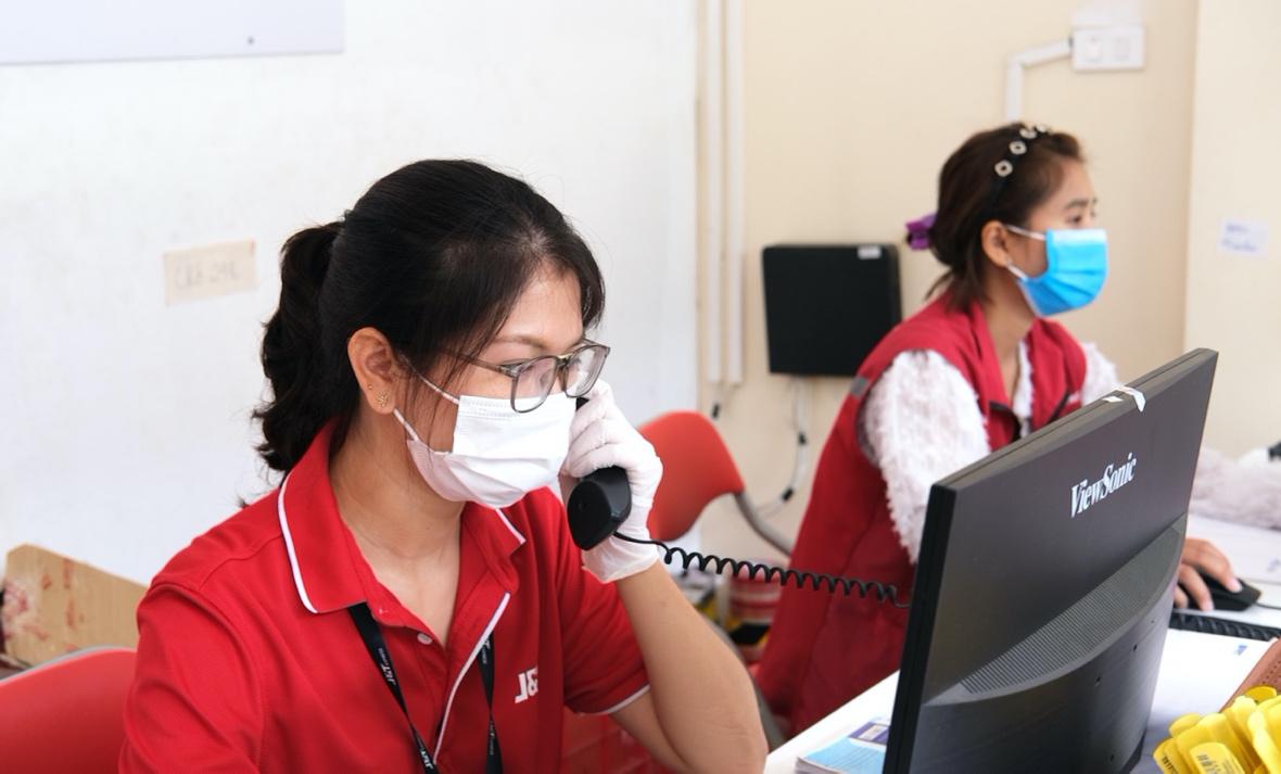 Đội ngũ nhân viên chăm sóc khách hàng của J&T Express liên hệ khách hàng tại một chi nhánh. Ảnh: Nguồn