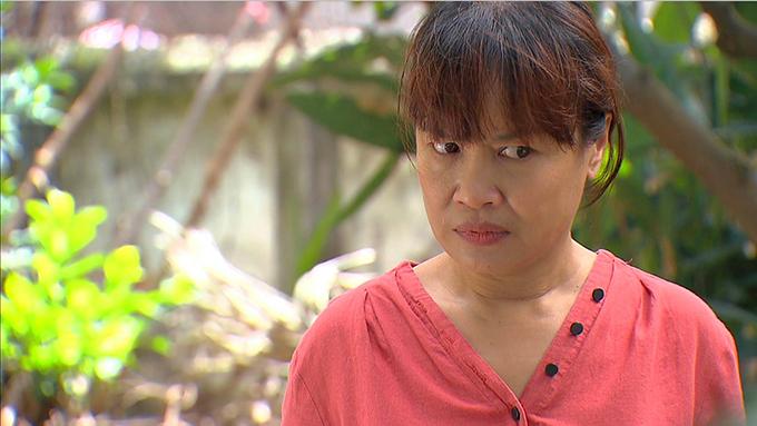 Sau nhiều năm vắng bóng truyền hình, nghệ sĩ Tú Oanh tái xuất với vai bà Bích - một bà mẹ quê ít học trong Hương vị tình thân và lập tức gây ấn tượng. Bà Bích góp phần lớn trong việc tạo nên những bi kịch trong cuộc đời của nhân vật chính - Phương Nam.